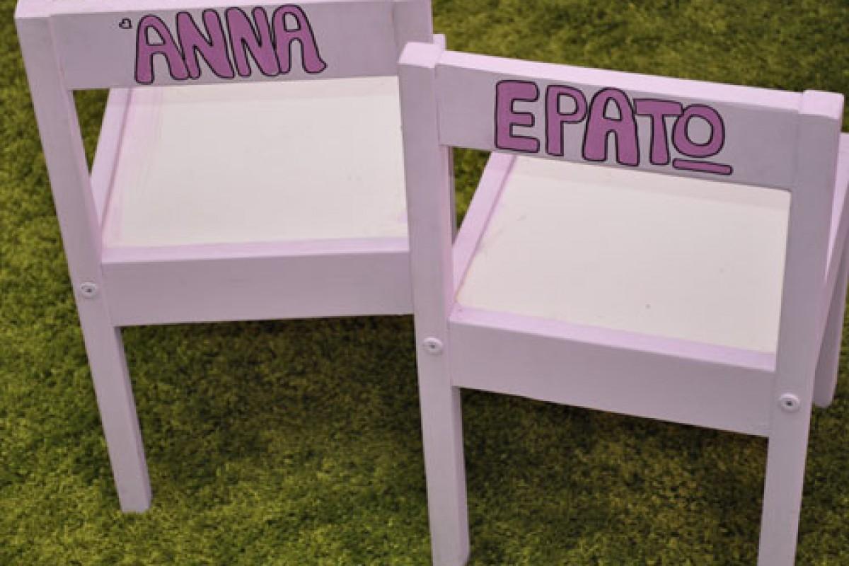 Ξύλινη καρέκλα με το όνομά του!