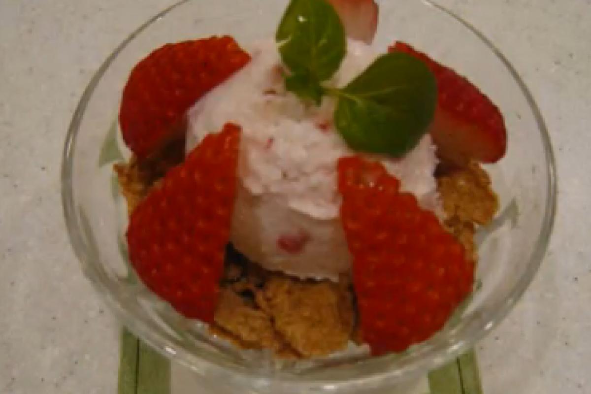 Παγωμένο γιαούρτι με φράουλες