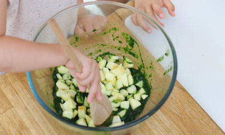 Dan Step 4: Reveal the spinach goo. Scrape into a large bowl, then let the kids mix in the apples
