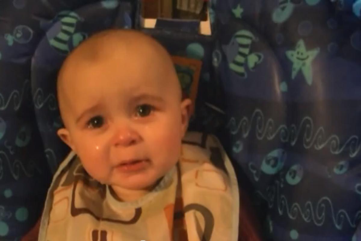 Συγκινείται όντως αυτό το 10 μηνών μωράκι;