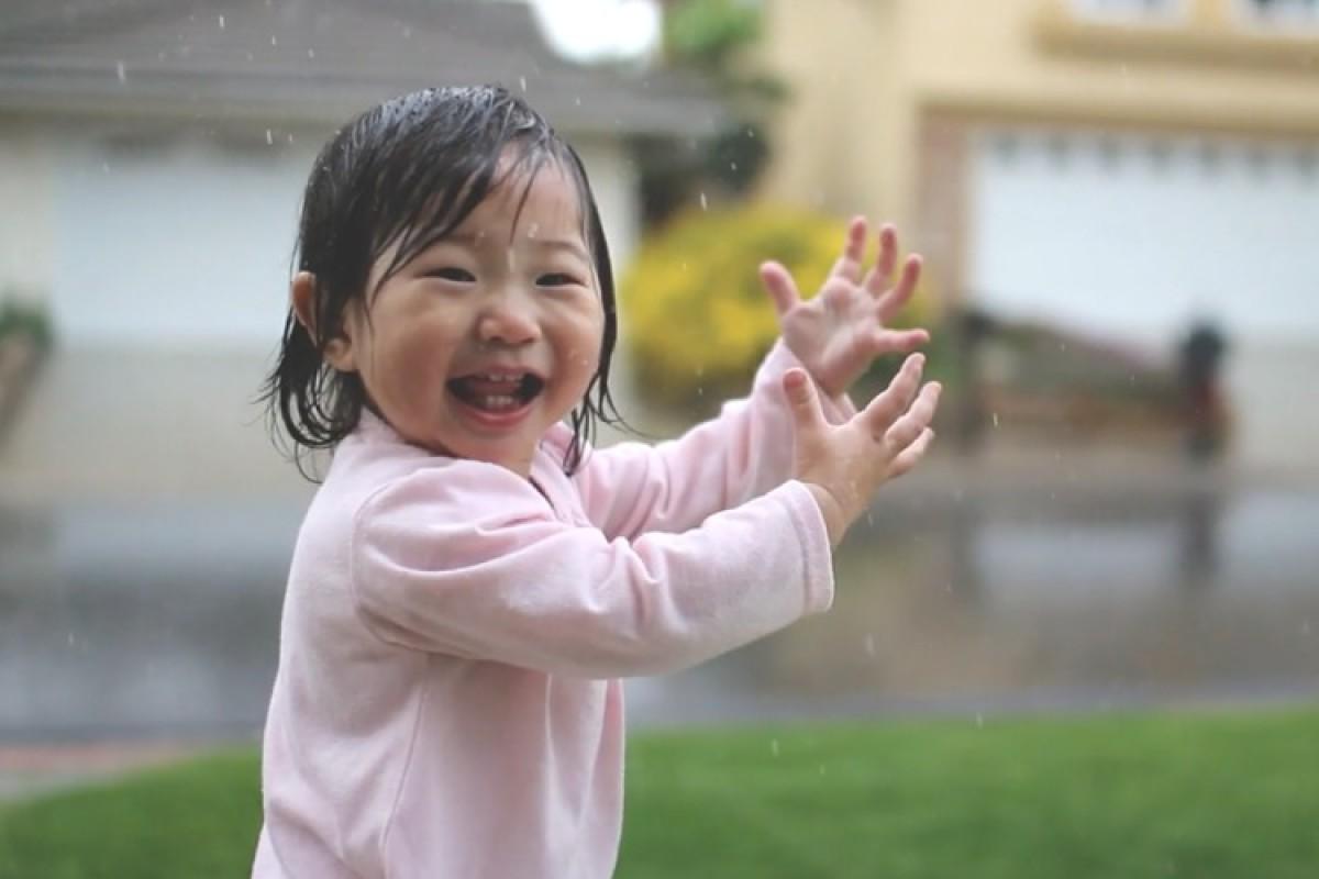 Βίντεο: όταν ένα μωρό ανακαλύπτει τη βροχή!