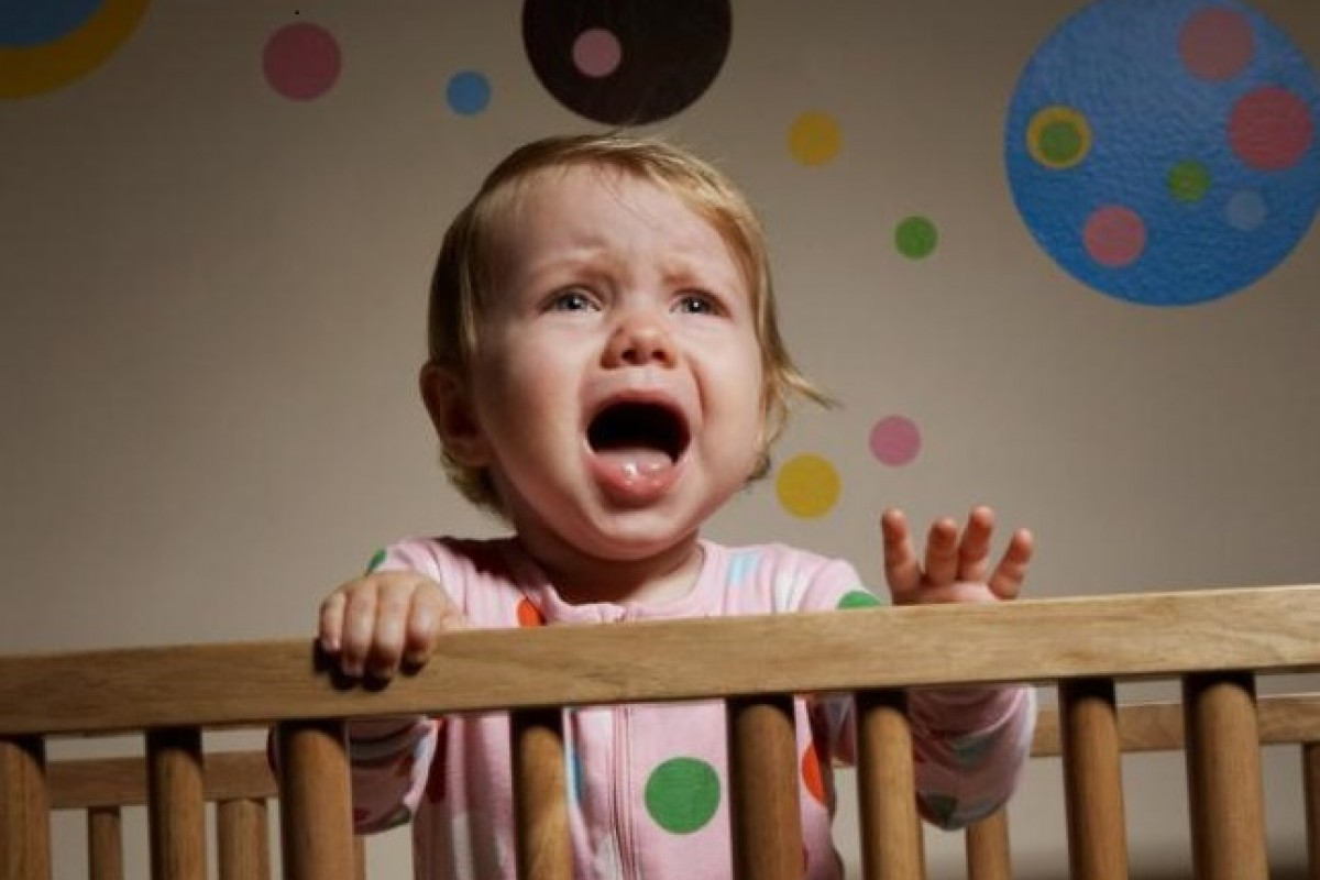 Κλαίει πολύ όταν έρχεται να την πάρει η γιαγιά της