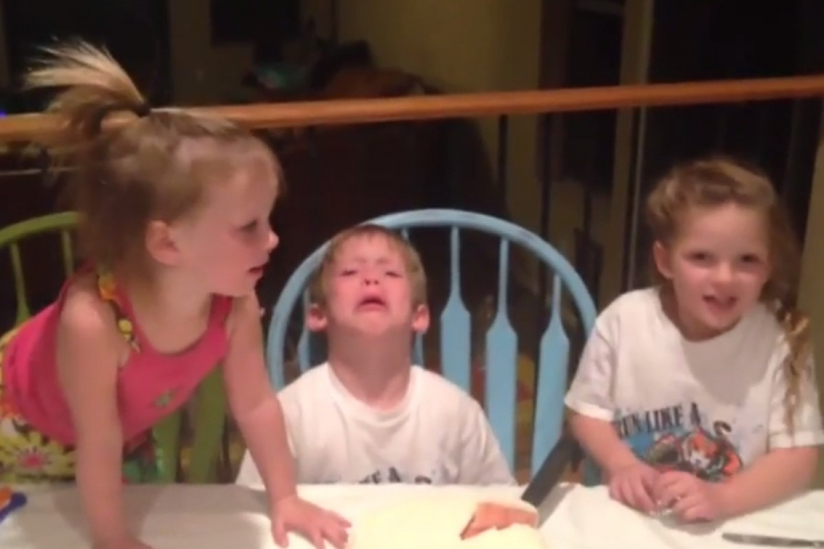 Δείτε πώς αντιδράει ένα αγοράκι όταν μαθαίνει πως θα αποκτήσει άλλη μια αδελφούλα
