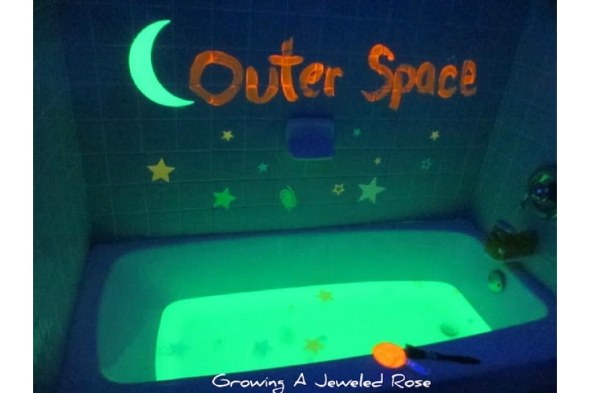 Έχεις blacklight; Παίζουμε στο μπάνιο με νερό που φωσφορίζει!