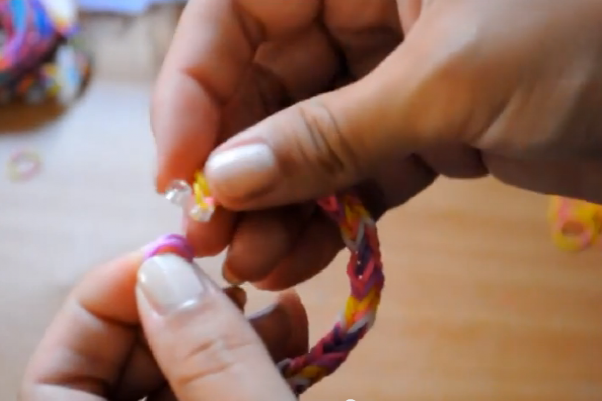 [Βίντεο] Πλέκουμε βραχιόλια από λαστιχάκια