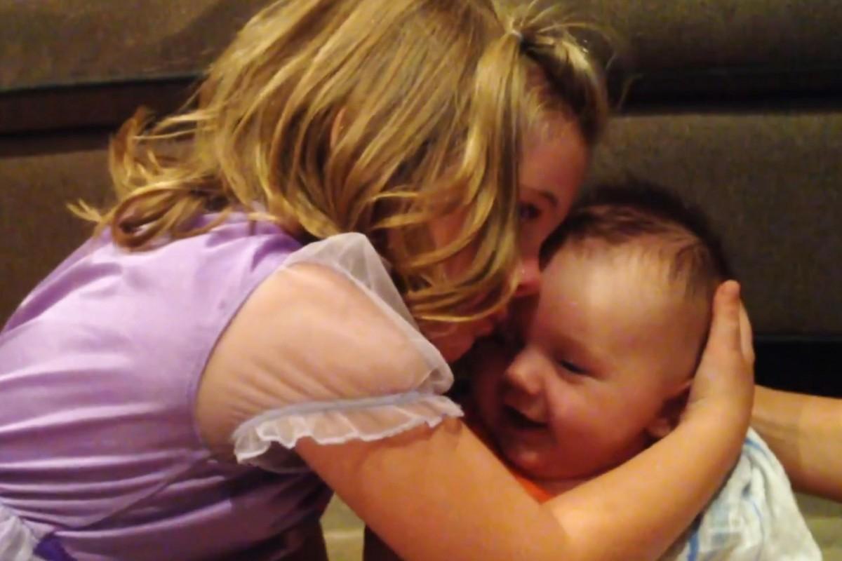 [Βίντεο] Δεν ήθελε ο αδελφός της να μεγαλώσει!
