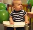 [Βίντεο] Δείτε ένα μωρό που ήθελε -πολύ- να απολαύσει την πρώτη του τούρτα γενεθλίων