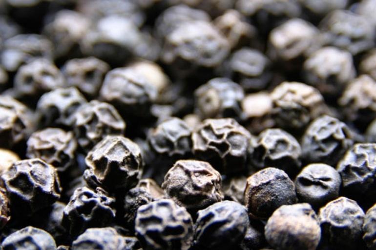 Μαύρο πιπέρι: Το «θαυματουργό» καρύκευμα που ενισχύει τον οργανισμό μας