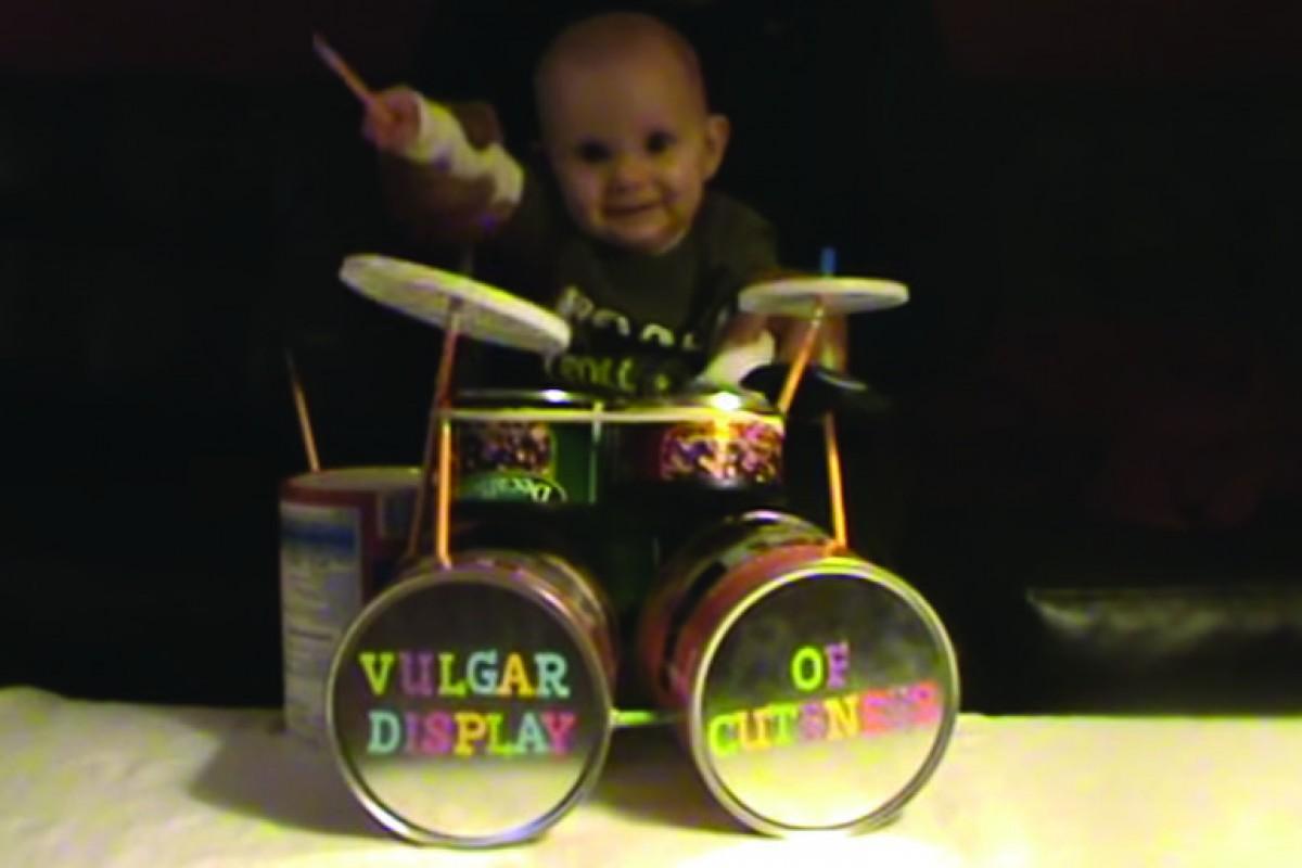 [Βίντεο] Απολαύστε το πιο metal μωρό στα ντραμς!