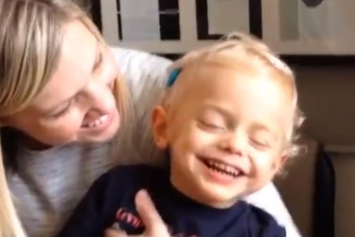 [Βίντεο] Ένα αγοράκι ακούει για πρώτη φορά τη φωνή της μαμάς του