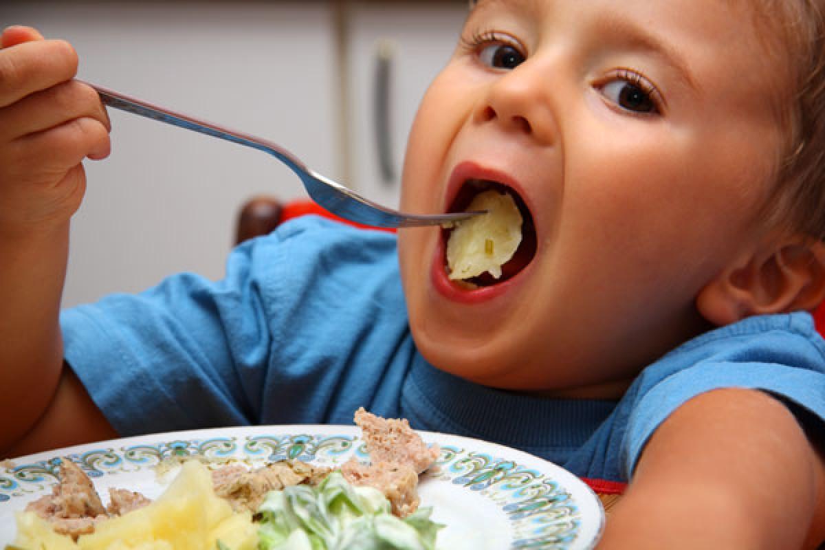Κάντε το νήπιό σας να φάει το βραδινό του… σε 48 απλά βήματα