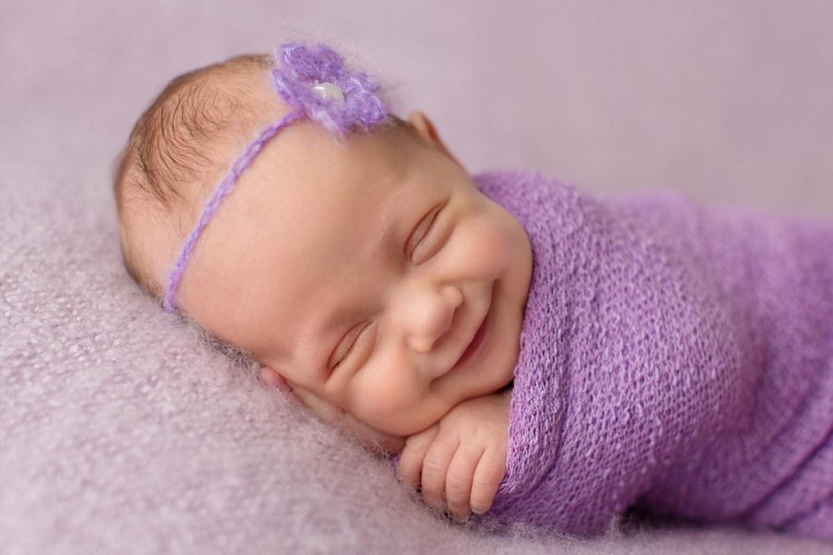 Υπάρχει τίποτα πιο αγαπησιάρικο από ένα χαμογελαστό μωράκι που κοιμάται;