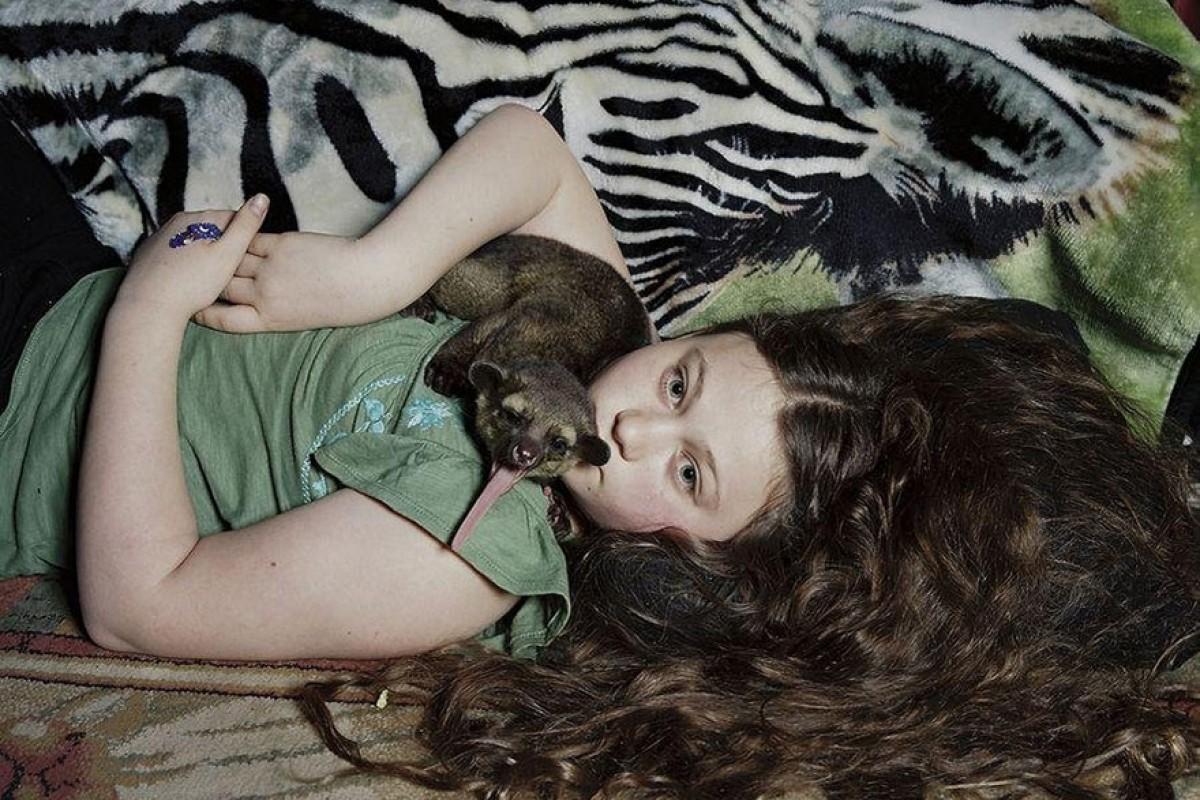 Η μικρή Amelia μεγάλωσε, αλλά δεν σταμάτησε να φωτογραφίζεται με απίθανα ζώα