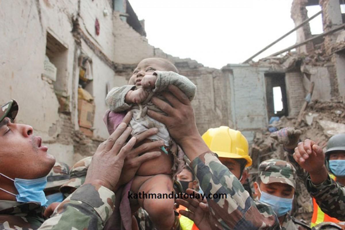 Ένα αγοράκι 4 μηνών ανασύρθηκε ζωντανό 22 ώρες μετά το σεισμό στο Νεπάλ