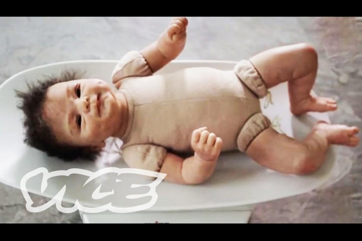[Βίντεο] Υπάρχουν κάποιοι που μεγαλώνουν μωρά… κούκλες