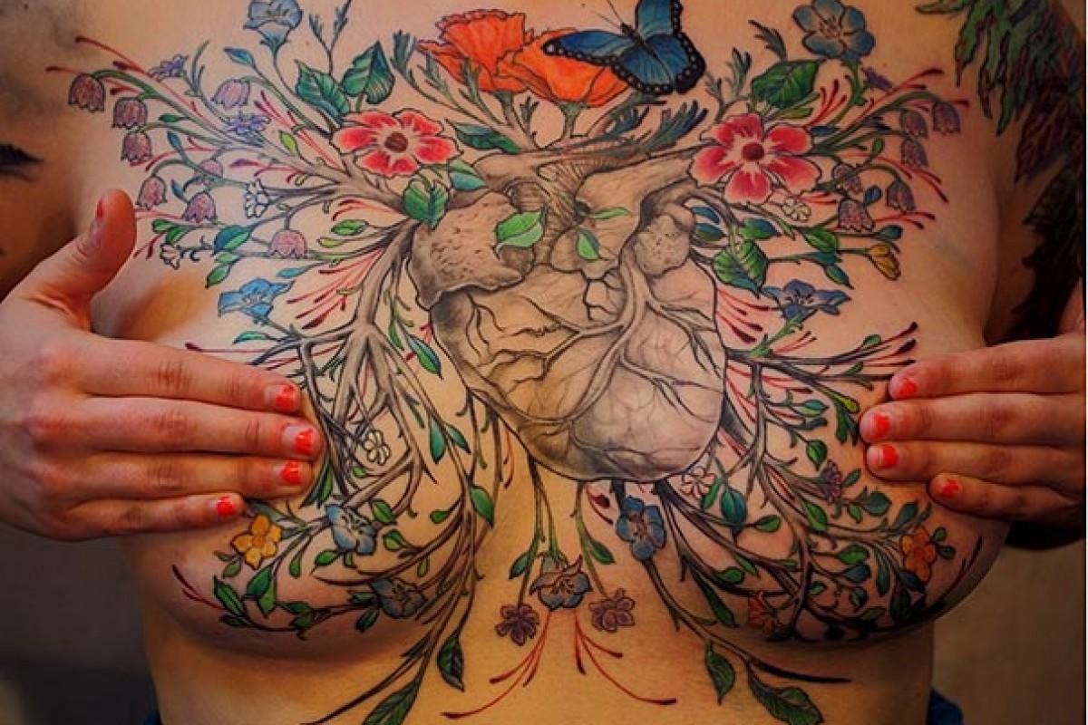 Καλλιτέχνες καλύπτουν με τατουάζ τις ουλές γυναικών που έχασαν το στήθος τους από τον καρκίνο