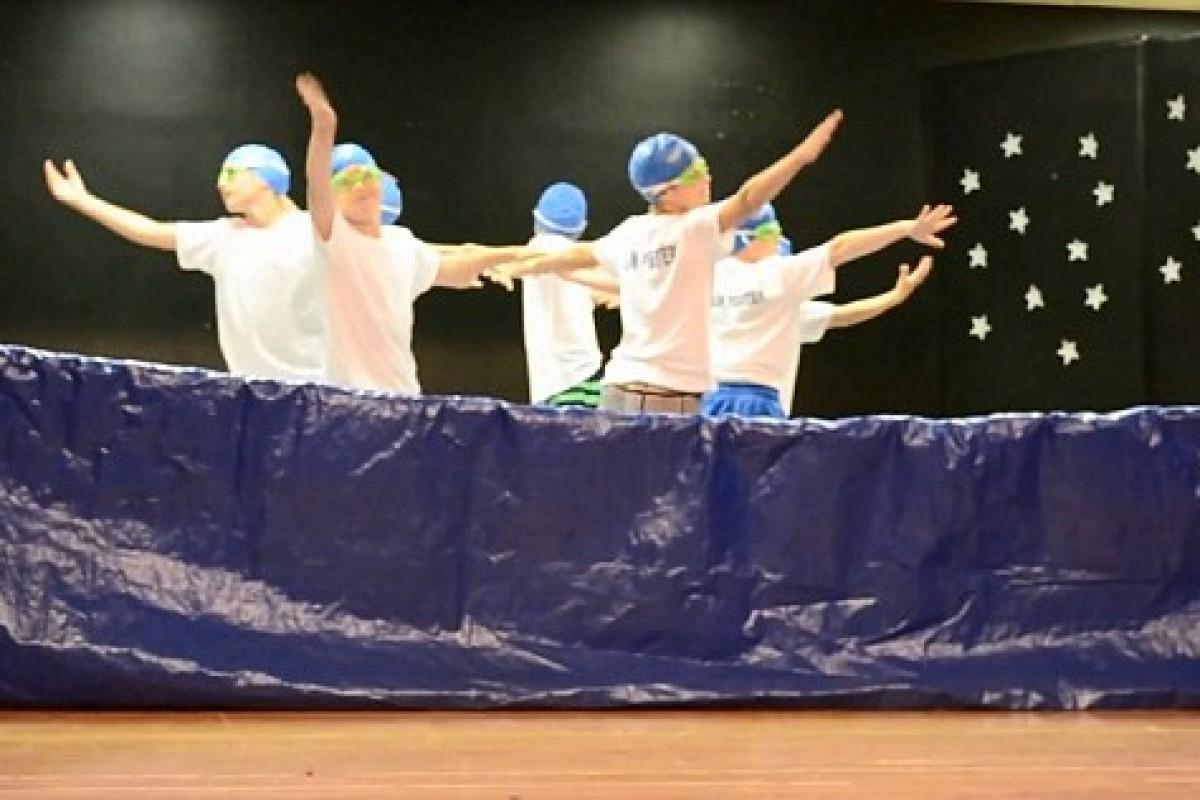 Μαθητές του Δημοτικού διασκεδάζουν τα πλήθη με μια «συγχρονισμένη κολύμβηση»… εκτός νερού!