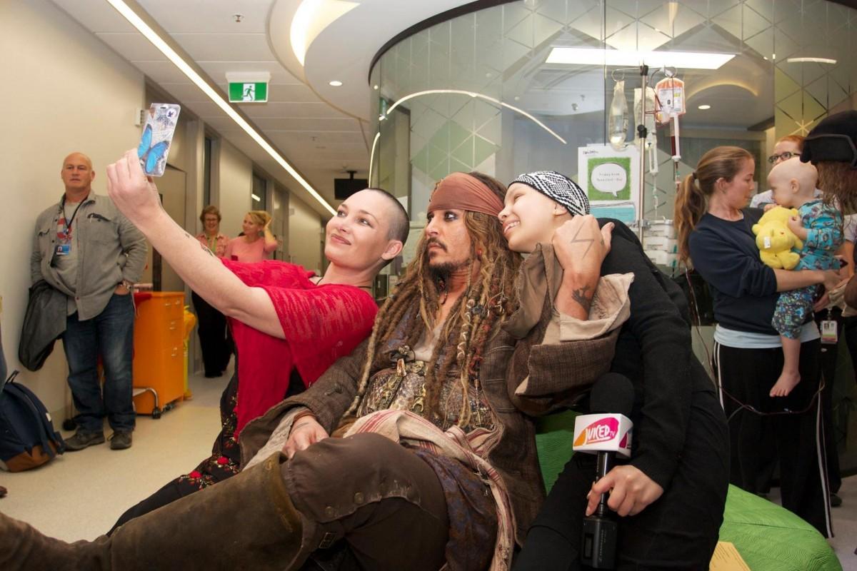 Ο Τζόνι Ντεπ επισκέπτεται ένα νοσοκομείο παίδων ως Τζακ Σπάροου και σκορπά τη χαρά