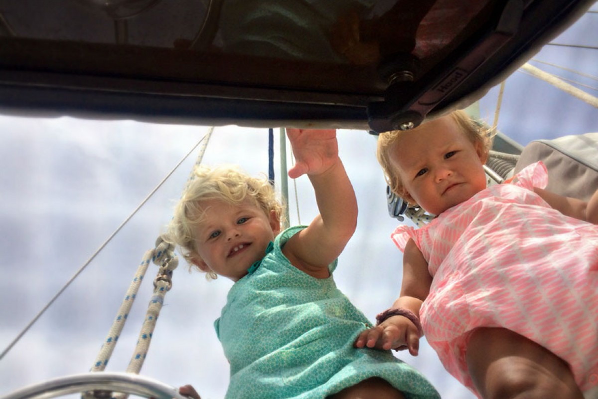 Θαυμάστε τρία νήπια που μεγαλώνουν επάνω σε ένα σκάφος στα ανοιχτά της θάλασσας