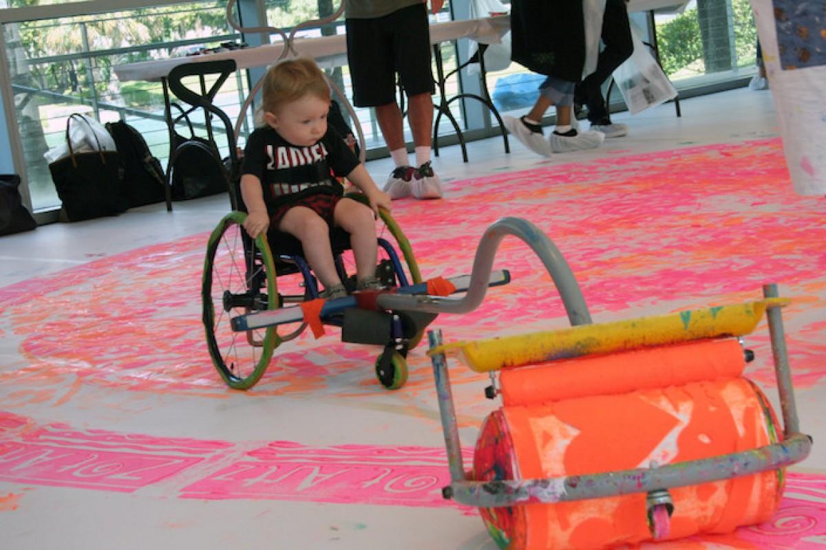 Καλλιτέχνης βοηθά παιδάκια με αναπηρία να ζωγραφίσουν με τον πιο πρωτότυπο τρόπο