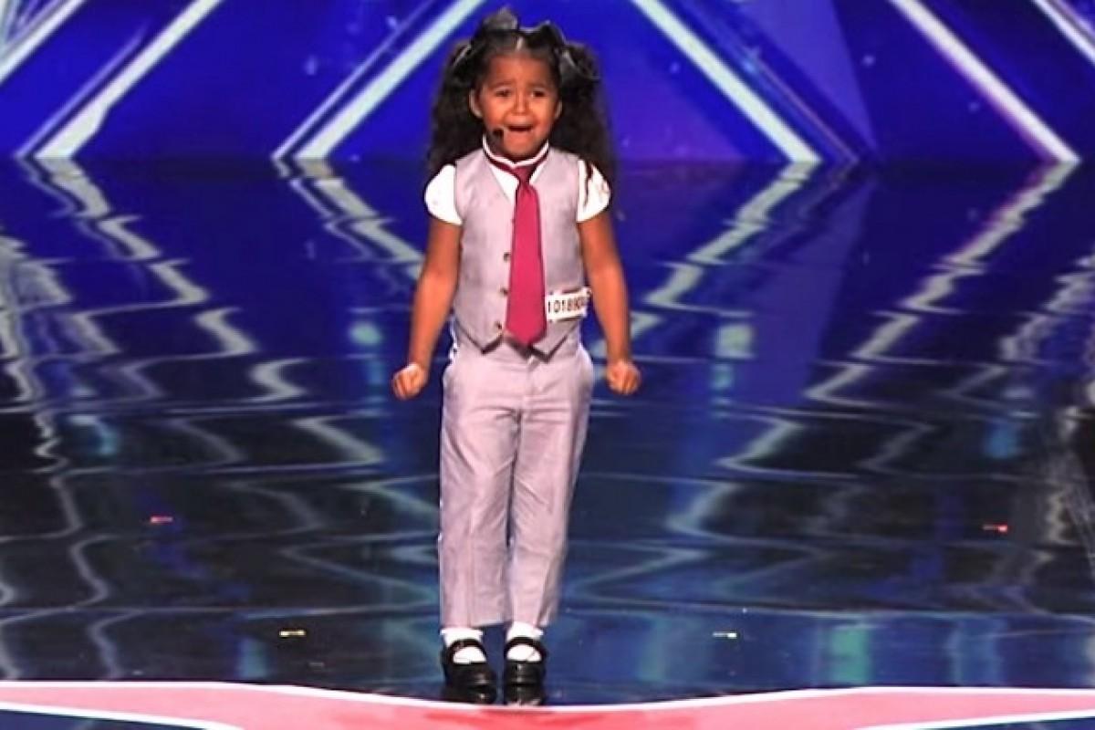 Αφήστε αυτό το 5χρονο κορίτσι να σας μαγέψει με τη φωνή του
