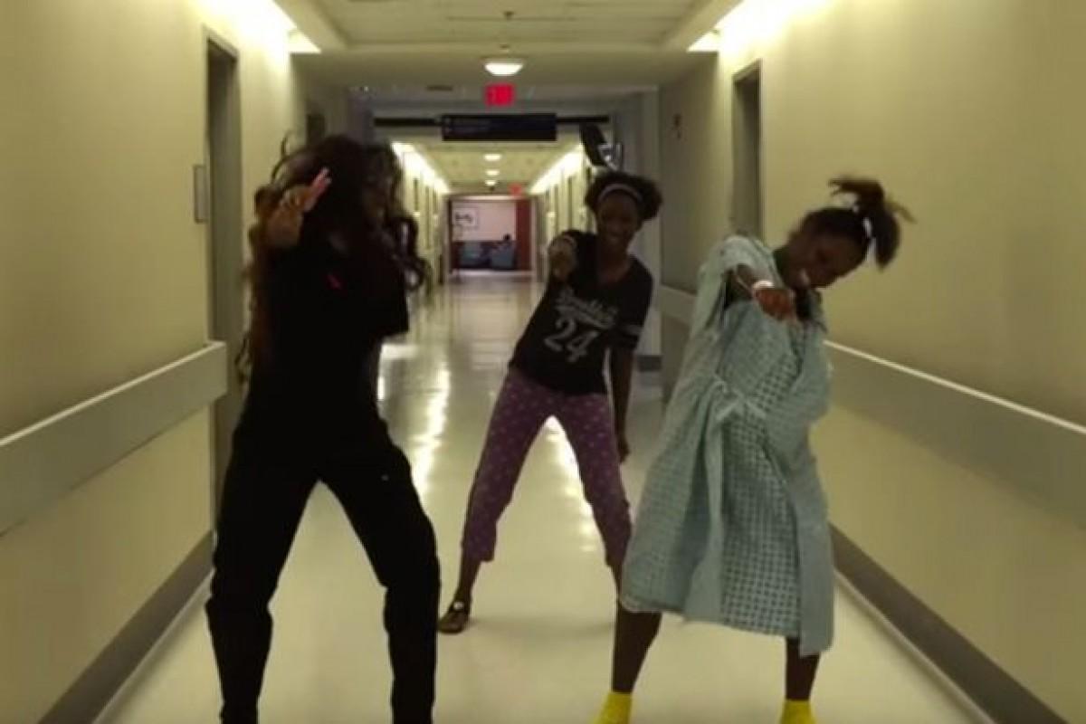 Εγκυούλα χορεύει στον διάδρομο του νοσοκομείου περιμένοντας να γεννήσει
