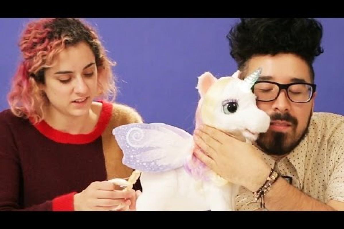 Δύο ενήλικες τα βάζουν με έναν χαριτωμένο μαγικό μονόκερο