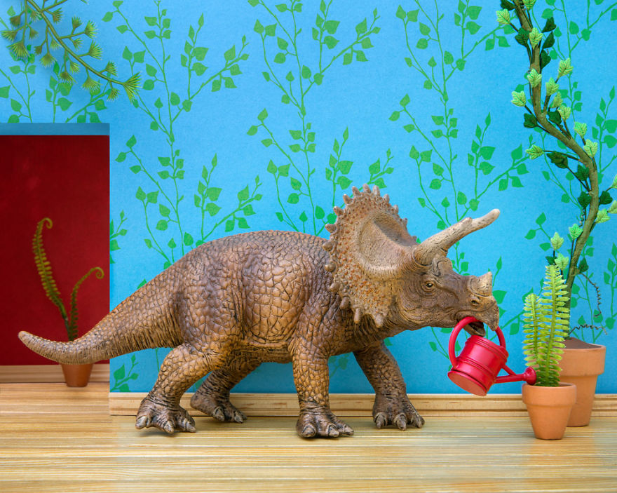 i-teach-my-daughter-photography-by-creating-domestic-dinosaur-scenes-8__880