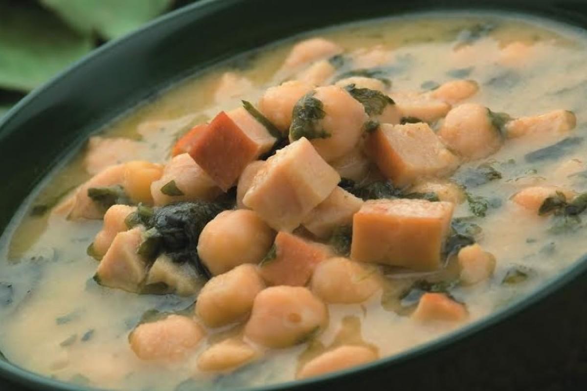Σούπα με λάπαθο, σπανάκι, ρεβίθια και σαφράν