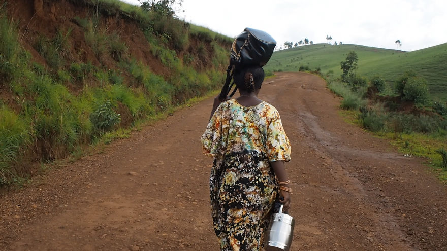 pregnant-woman-from-congo-walks-27-km-in-5-hours-just-to-get-to-her-nearest-clinic-8__880