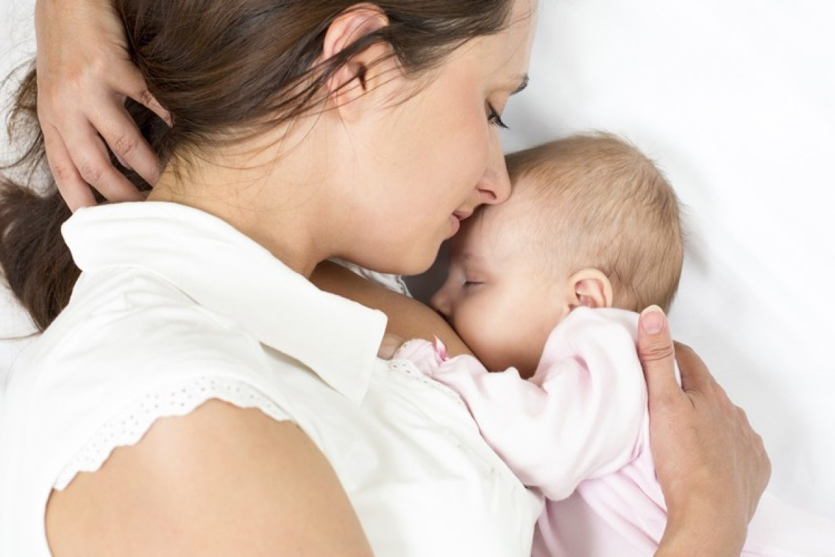 Θέλω να κόψω τα νυχτερινά ταϊσματα. Είναι αλήθεια ότι δίνοντας στο μωρό νερό αντί για γάλα το αποθαρρύνω να ξυπνήσει;
