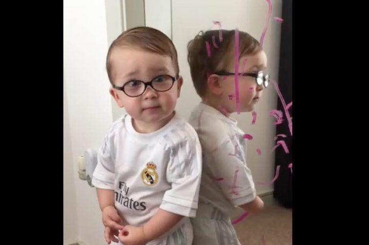 Βίντεο: Ο Μπάτμαν λέρωσε τον καθρέφτη, μαμά!