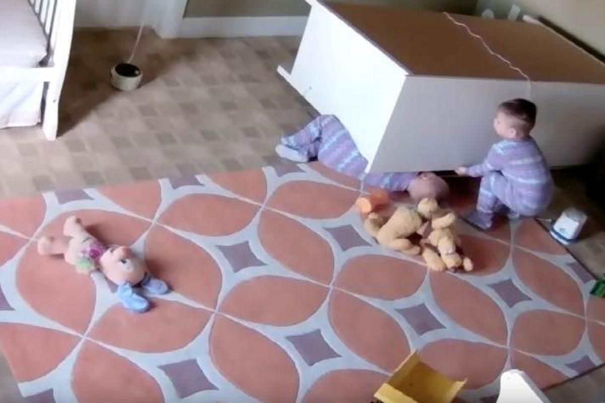 Δίχρονος καταφέρνει να απεγκλωβίσει το δίδυμο αδερφό του από τη συρταριέρα που τον είχε πλακώσει!