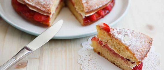 Διπλό κέικ με φράουλες και κρέμα